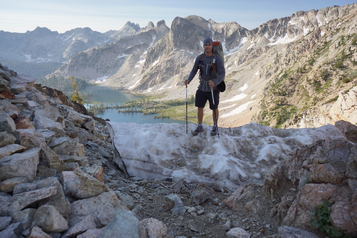 hiker above twin lakes in the sawtooth wilderness